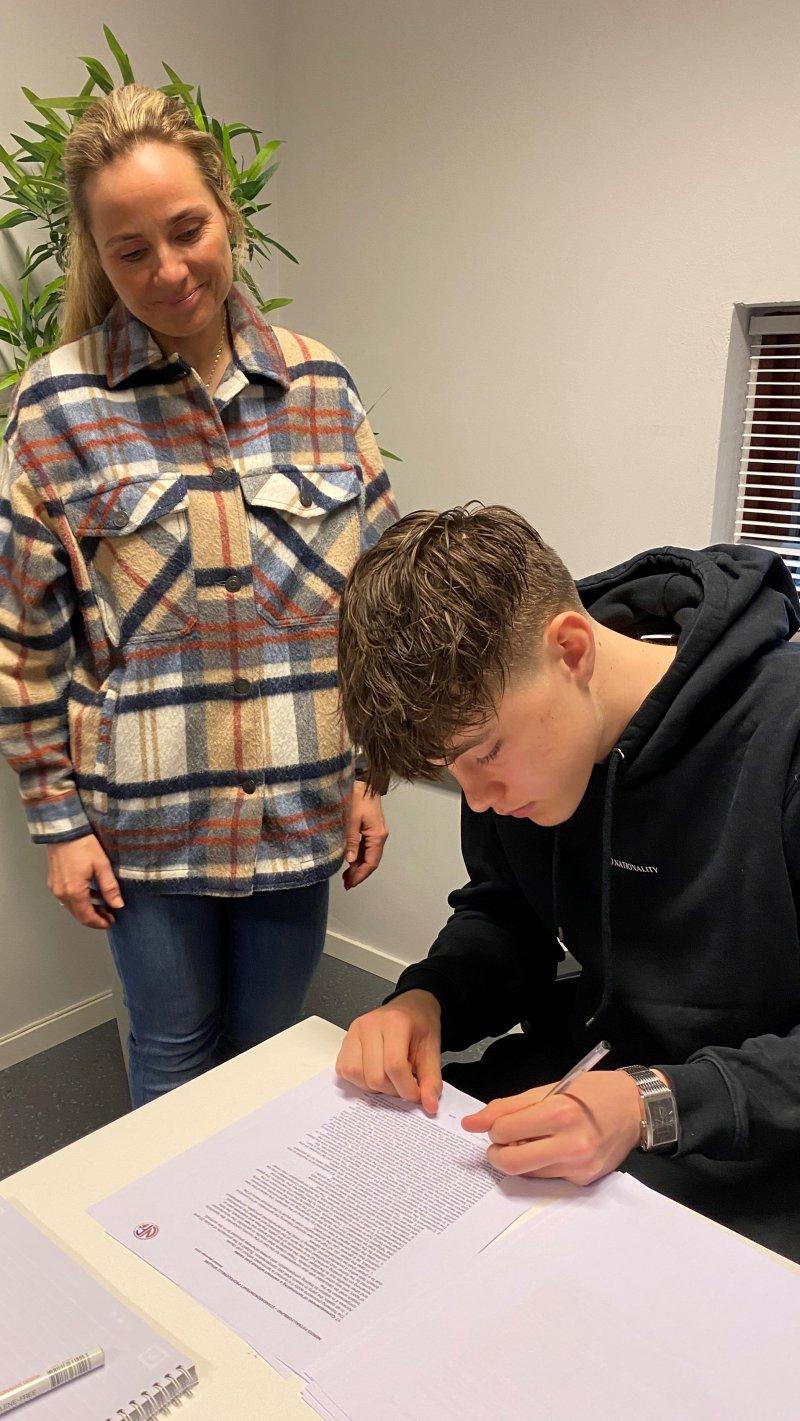 Mamma Kari såg at alt gikk rett føre seg då Johan signerte sin første proffkontrakt (Foto: Rune Sjøberg)